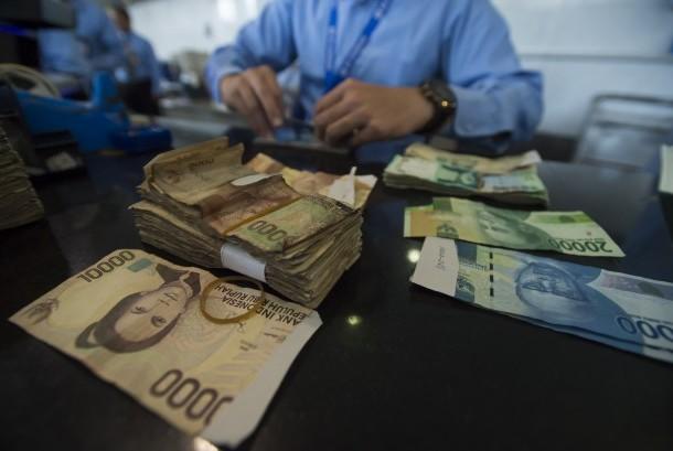 Petugas Bank Indonesia menghitung dan memeriksa uang rupiah (Ilustrasi)