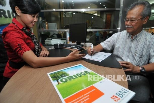 Petugas bank melayani nasabah calon pembeli Obligasi Ritel Indonesia (ORI).