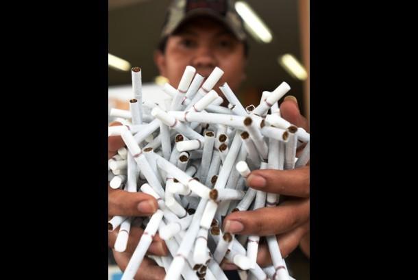Petugas Beacukai memperlihatkan rokok ilegal hasil sitaan di Kantor Beacukai Sulsel di Makassar, Sulawesi Selatan, Senin (10/4).