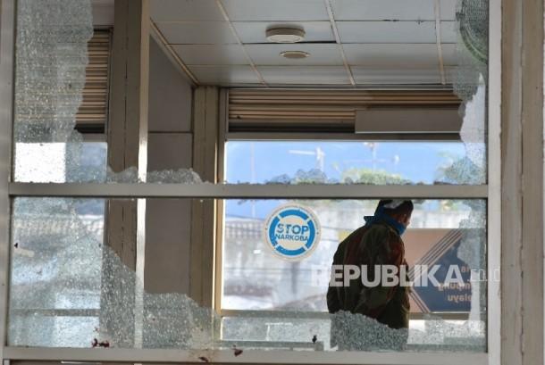 Petugas berjaga di sekitar Tempat Kejadian Perkara (TKP) dugaan bom bunuh diri di Terminal Kampung Melayu, Jakarta Timur, Rabu (25/5).