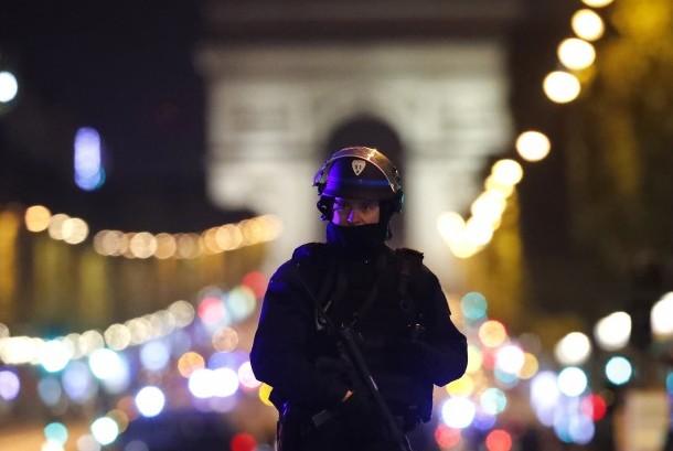 Petugas berjaga usai serangan terjadi di kawasan Champs-Élysées, Paris, Prancis, (20/4).