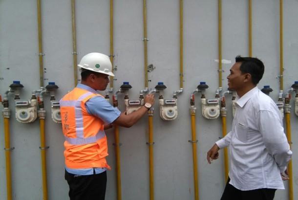 Petugas dari PGN menjelaskan cara kerja gas meter jaringan rumah tangga. (ilustrasi)