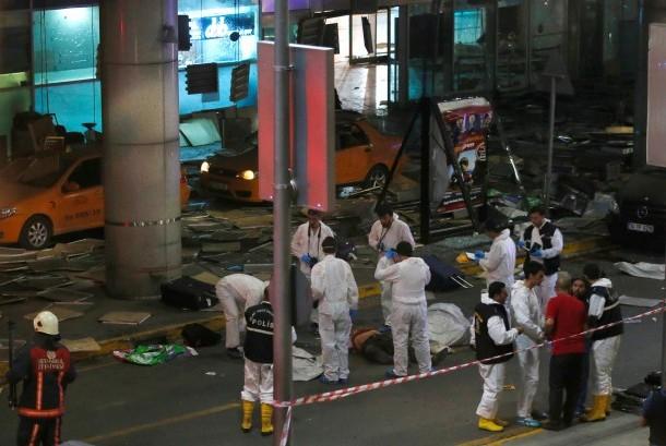 Petugas forensik menyisir lokasi bekas ledakan bom di Bandara Ataturk, Rabu (29/6).