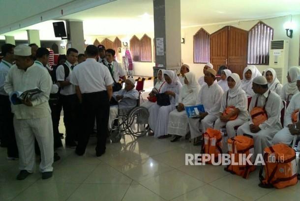 Petugas Haji Arab Saudi 1438 hijriyah/2017 mengikuti kegiatan simulasi pelaksanaan ibadah haji di Asrama Haji Pondok Gede, Jakarta Timur, Rabu (21/6).