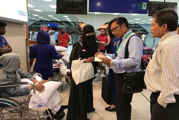 Petugas haji layani proses pemulangan jemaah haji usai dirawat di RS Arab Saudi.