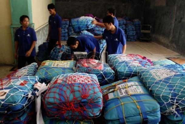 Petugas haji menimbang koper milik calon jamaah haji di Asrama Haji ...