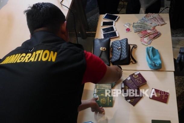 Petugas imigrasi memperlihatkan barang bukti razia keimigrasian saat rilis operasi pengawasan orang asing/ilustrasi.