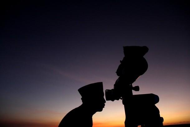 Petugas Kantor Wilayah Kementerian Agama Sulawesi Selatan melakukan pemantauan hilal (bulan) menggunakan teropong untuk menentukan hari Idul Adha 1437 Hijriyah di Makassar, Sulawesi Selatan, Kamis (1/9).