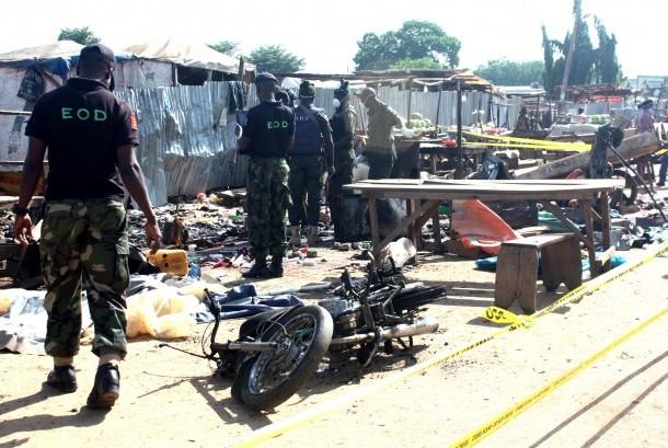 Petugas keamanan Nigeria secara berada di lokasi pengeboman di Abuja, Nigeria.