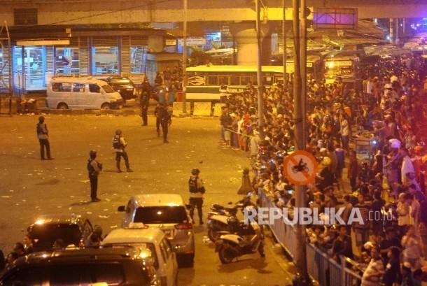 Petugas kepolisian berjaga di lokasi ledakan di Terminal Kampung Melayu jakarta, Rabu (24/5) malam.