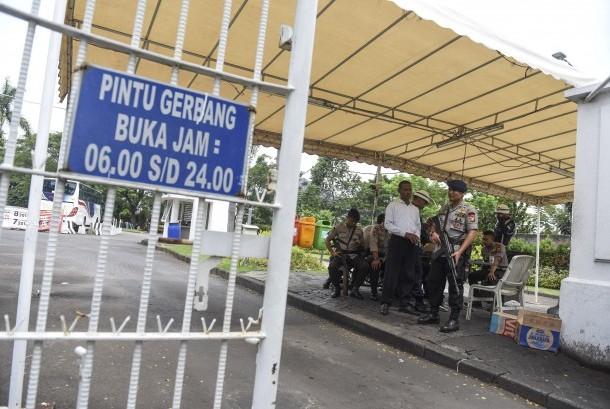 Petugas kepolisian berjaga di pintu masuk kompleks perumahan yang ditempati Calon Gubernur DKI Jakarta Basuki Tjahaja Purnama atau Ahok di Kompleks Pantai Mutiara, Jakarta, Jumat (4/11).
