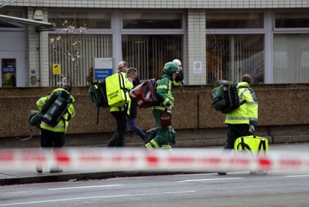 Petugas layanan darurat tiba di dekat gedung parlemen Inggris di London, Rabu (22/3).