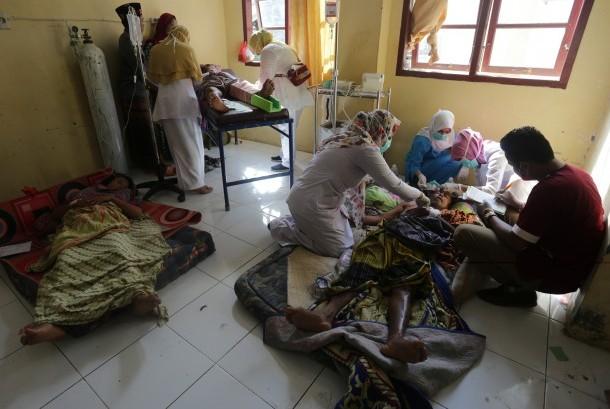 Petugas medis menangani warga korban gempa di Rumah Sakit Umum Daerah (RSUD) Tgk Chik Ditiro Sigli di Pidie, Aceh, Rabu (7/12).