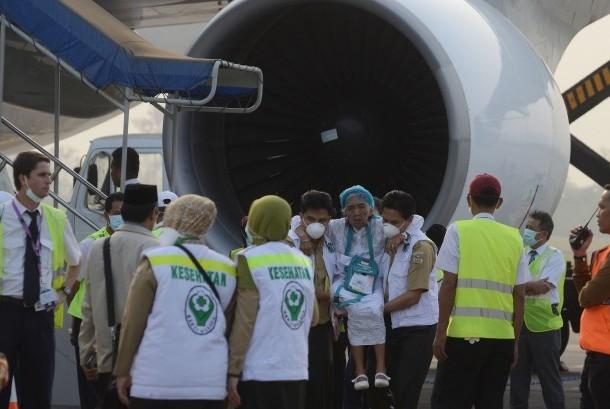 Petugas medis mengangkat seorang jamaah haji yang sakit saat tiba di Bandar Udara Sultan Hasanuddin, Makassar, Sulawesi Selatan, Selasa (29/9).