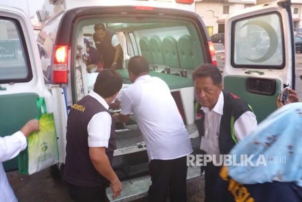 Petugas medis mengevakuasi  jamaah sakit untuk diterbangkan ke Tanah Air (Ilustrasi)