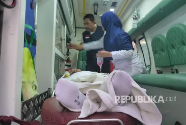 Petugas medis mengevakuasi dua jamaah sakit di Klinik Kesehatan Haji Indonesia (KKHI) Daker Madinah ke Makkah, Rabu sore (16/8).