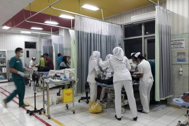 Petugas medis RSUD Ungaran menangani korban kecelakaan karambol di ruas tol Semarang-Bawen, di Ungaran, Kabupaten Semarang, Kamis (22/6). Empat kendaraan terlibat tabrakan beruntun ini dan enam orang mengalami luka.