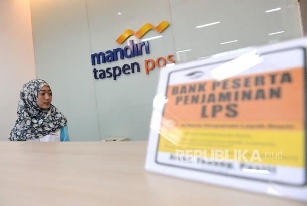 Petugas melakukan aktivitas di kantor cabang Bank Mantap, Jakarta, Jumat (19/5).