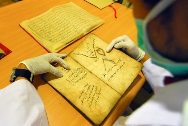Petugas museum memeriksa naskah kuno arab pegon di Museum Sribaduga, Kota Bandung, Selasa (23/6).   (foto : Septianjar Muharam)