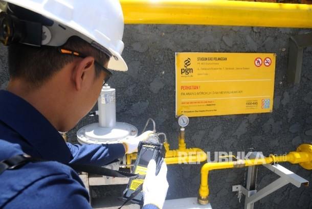 Petugas melakukan pengecekan Meter Regulating Station (MRS) PT Perusahaan Gas Negara (Persero) Tbk (PGN) di Jakarta, Kamis (6/4)