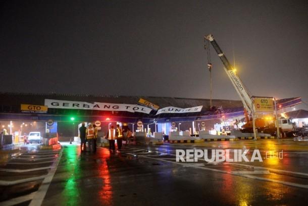 Petugas melakukan perbaikan atap gerbang Tol Cikunir 2 yang ambruk akibat hujan badai di Bekasi, Ahad (14/2).Republika/ Wihdan Hidayat