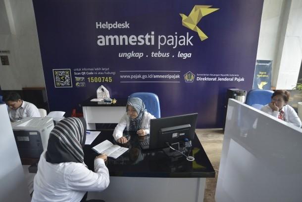 Petugas melayani wajib pajak untuk memperoleh informasi mengenai kebijakan amnesti pajak (tax amnesty) di Help Desk Kantor Pelayanan Pajak, Jakarta Pusat. ilustrasi