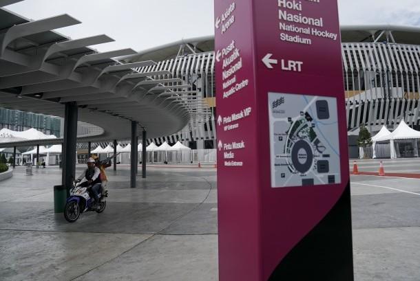 Petugas melintasi Stadion Bukit Jalil yang digunakan sebagai lokasi pembukaan SEA Games XXIX Kuala Lumpur, di Kuala Lumpur, Malaysia, Senin (14/8).