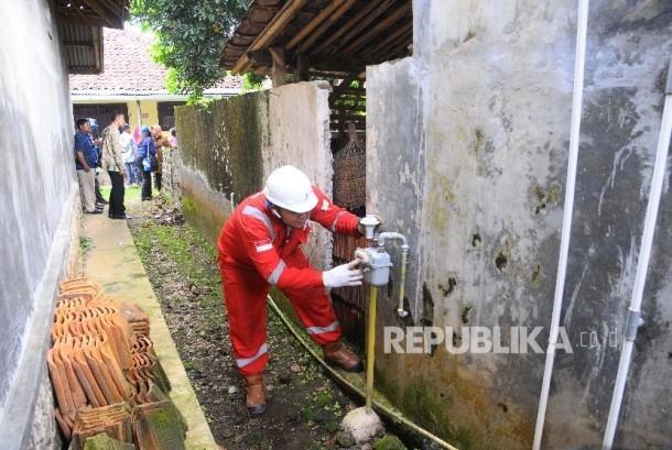 Petugas memerikas meteran jaringan gas di rumah warga. (ilustrasi)
