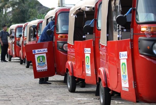 Petugas memeriksa kendaraan angkutan lingkungan Bajaj di Bekasi, Jawa Barat, Senin (17/10).