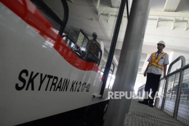 [Ilustrasi] Petugas memeriksa skytrain atau automated people mover system (APMS) di Terminal 3 Bandara Soekarno-Hatta, Tangerang, Banten, Senin (6/12).