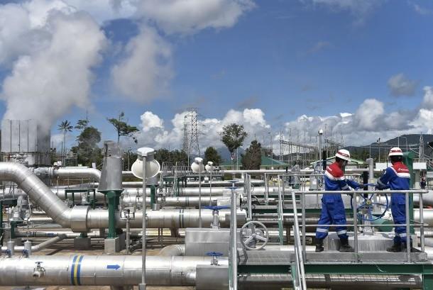 Petugas memeriksa sumur geothermal Unit V dan VI di area PT Pertamina Geothermal Energy Lahendong, Tompaso, Kabupaten Minahasa, Sulawesi Utara, Senin (26/12).