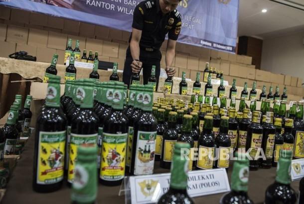 Petugas menata barang bukti minuman mengandung etil alkohol ilegal saat gelar barang bukti di kantor Wilayah Bea dan Cukai, Bandung, Jawa Barat, Senin (19/2).