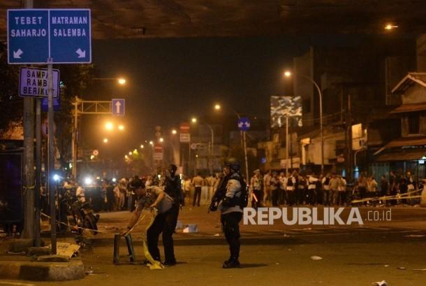 Petugas mengamankan lokasi sekitar kejadian ledakan bom di terminal Kampung Melayu, Jakarta, Kamis (25/5) dini hari.