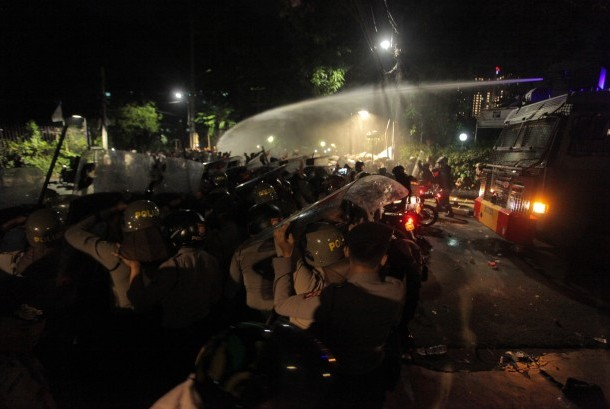 Petugas menggunakan water cannon untuk membubarkan massa yang mengepung Yayasan Lembaga Bantuan Hukum Indonesia (YLBHI) di kawasan Diponegoro, Jakarta, Senin (18/9).