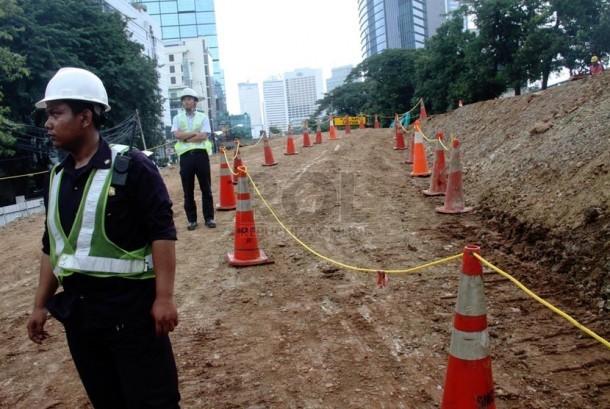 Petugas menyelesaikan proyek Stasiun Mass Rapid Transit (MRT) Dukuh Atas, Jakarta Pusat, Selasa (25/3).