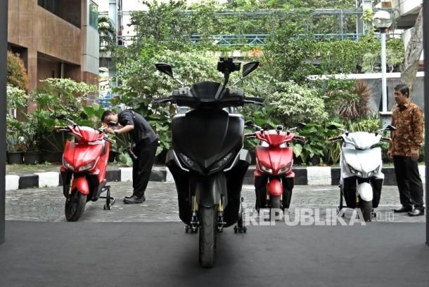 Petugas menyiapkan motor listrik buatan anak bangsa jelang pelepasan rombongan touring jarak jauh GESITS Tour de Jawa Bali di Gedung Badan Pengkajian dan Penerapan Teknologi (BPPT) , Jakarta, Senin (7/11).