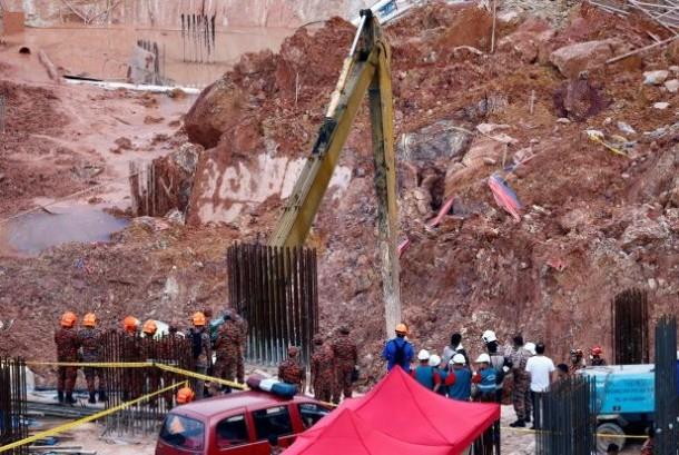 Petugas penyelamat bekerja di lokasi konstruksi yang dilanda tanah longsor di Tanjung Bungah, George Town, Penang, Malaysia, Sabtu (21/10). Dua WNI jadi korban tewas dalam peristiwa tersebut.
