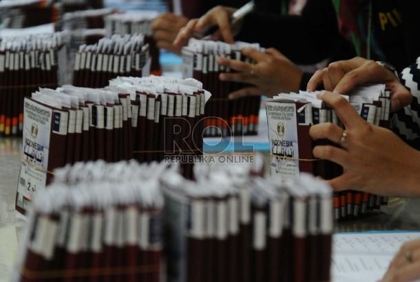 Petugas Penyelenggara Ibadah Haji (PPIH) sedang mendata paspor calon jamaah haji.  (ilustrasi)