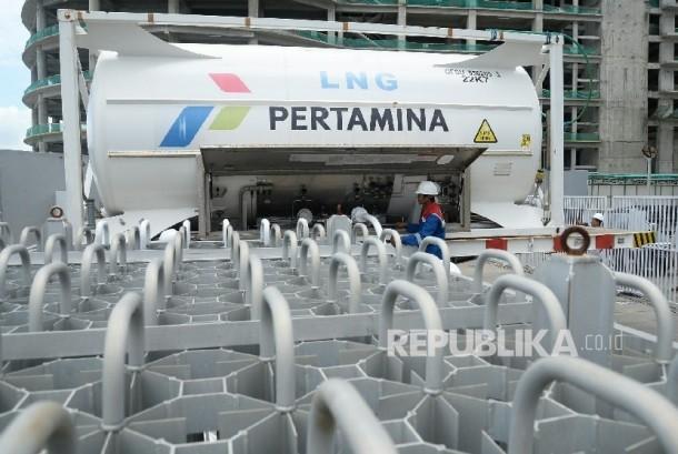 Petugas Pertagas Niaga mengecek suplai LNG untuk dialirkan ke Balcony Mall Balikpapan, Kalimantan Timur, Kamis (14/4). (Republika/Prayogi)