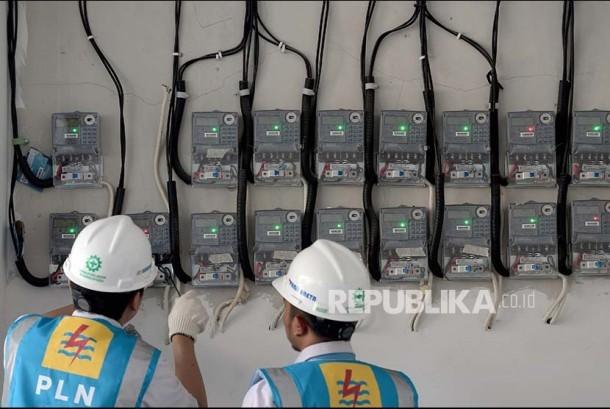 Petugas PLN Area Bulungan Distribusi Jakarta Raya melakukan penyambungan penambahan daya pelanggan 1300 VA menjadi 2200 VA di Kebayoran Lama, Jakarta Selatan, Selasa (20/6). Menyambut Idul Fitri 1438 H, PLN mengadakan Promo Gemerlap Lebaran 2017 yakni bebas biaya penyambungan untuk rumah ibadah dan potongan 50 persen biaya penyambungan untuk menambah daya listrik hingga 197 kVA bagi seluruh konsumen PLN.