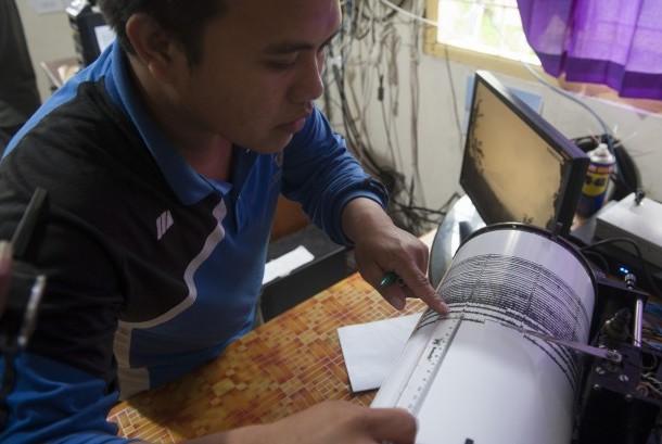 Petugas Pusat Vulkanologi dan Mitigasi Bencana Geologi mengukur besaran gempa tremor pada seismograf, di Pos Pengamatan Gunung Api Agung, Desa Rendang, Karangasem, Bali, Rabu (22/11).