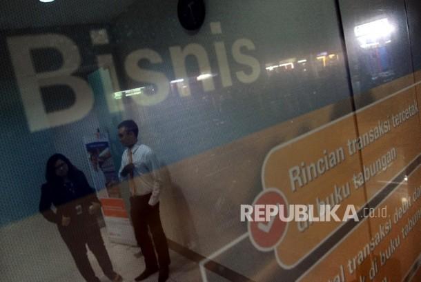 Petugas sedang berbincang dengan debitur di kantor penyaluran Kredit Usaha Rakyat (KUR) Bank BNI, Jakarta, Rabu (24/1).
