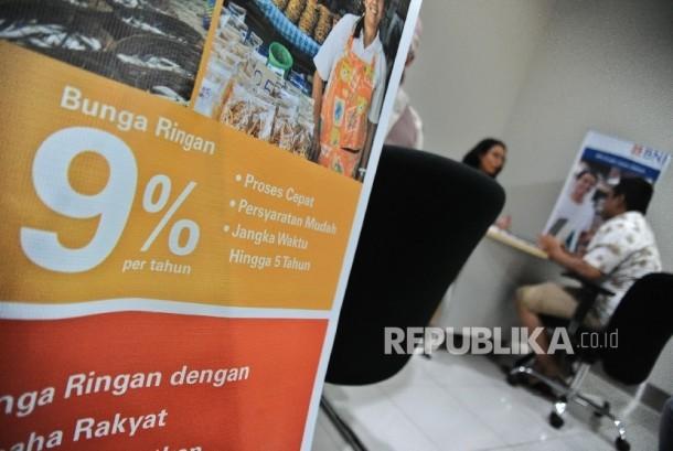 Petugas sedang berbincang dengan debitur di kantor penyaluran Kredit Usaha Rakyat (KUR) salah satu bank milik pemerintah. ilustrasi