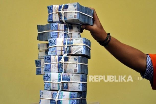 Petugas sedang menyusun tumpukan uang rupiah di Cash Center Bank BNI, Jakarta, Kamis (8\12).