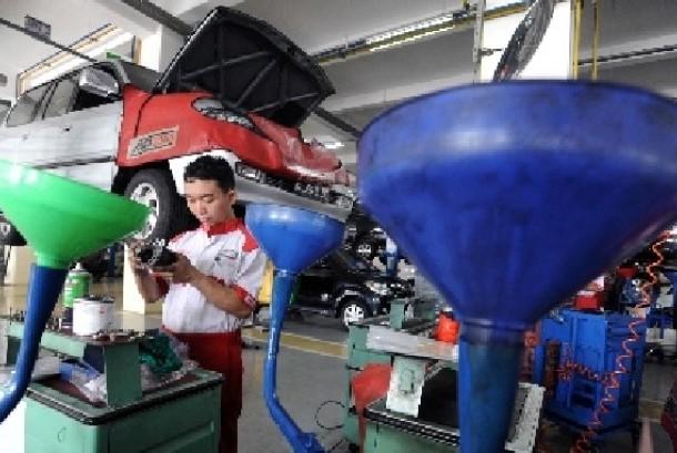 Petugas Servis Memperbaiki Peralatan Kendaraan
