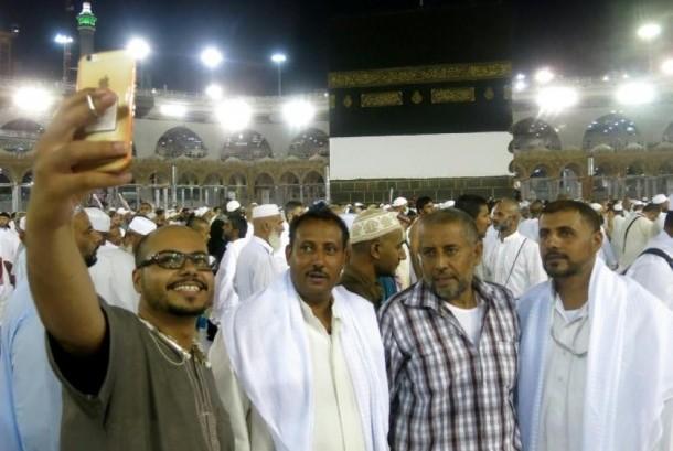 Peziarah selfie di depan Ka'bah.
