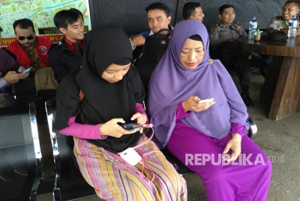 Pihak keluarga Rubby Peggy Euis Herlinawati (kiri) dan Alika menghadiri pengajuan perdamaian di Polres Jakarta Barat, Rabu (22/3), terkait kasus pengeroyokan Iwan Batak.