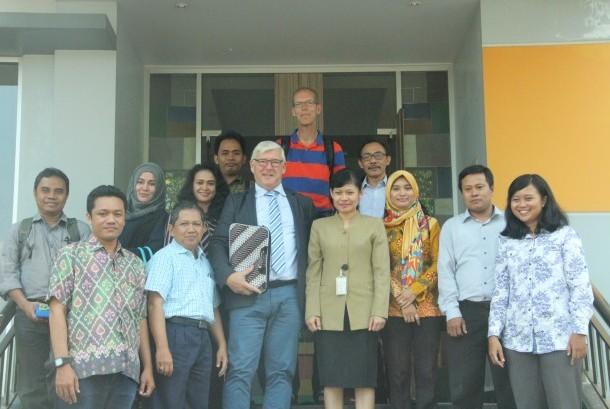 Pimpinan AKPAR BSI Yogyakarta Ani Wijayanti  bersama Joop Gossens dan Catrinus.