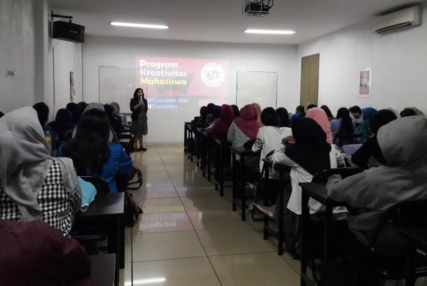 Pimpinan AMK BSI Jakarta Ida Zuniarti memberikan sambutan pada pembukaan kegiatan pelatihan penulisan dan bedah proposal PKM.