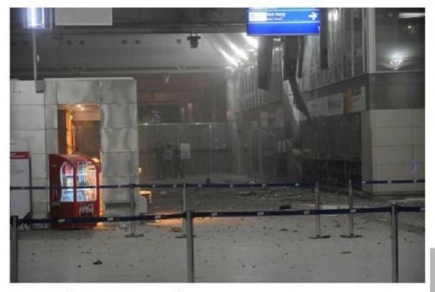 Pintu masuk bandara Turki yang rusak akibat serangan dua bom bunuh diri, Rabu (29/6)